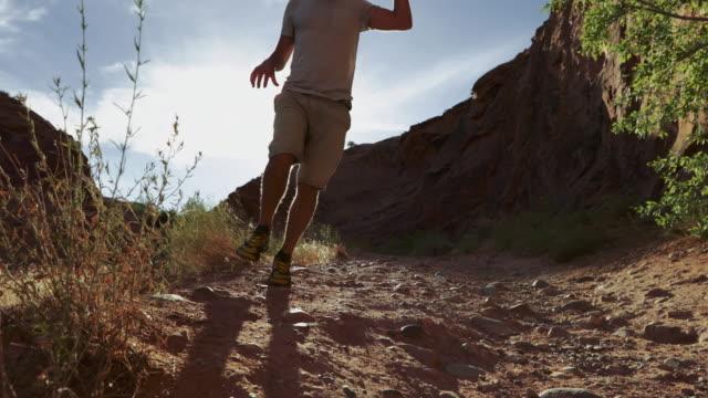 vidéos et rushes de randonnée dans le plateau du colorado: arch corona près de moab - canyon