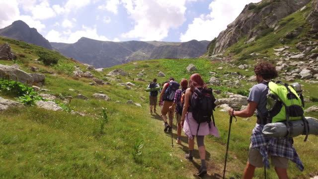 wandern in die berge - wandern stock-videos und b-roll-filmmaterial