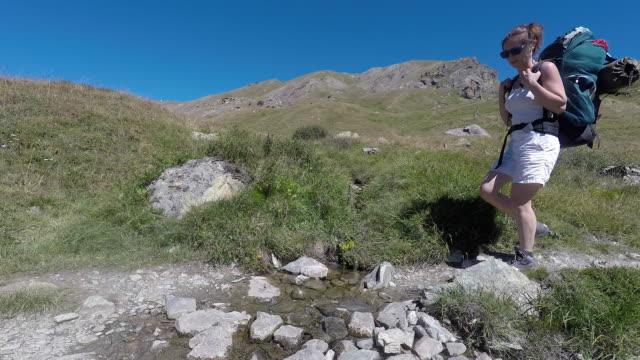 vídeos y material grabado en eventos de stock de hiking in the mountains in summer - sin mangas