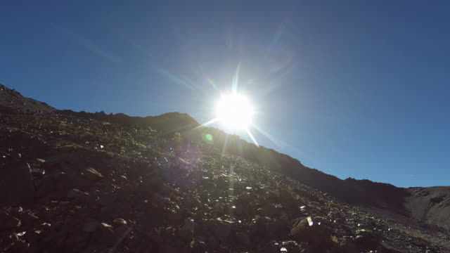 vidéos et rushes de hiking in the mountains in summer - profil