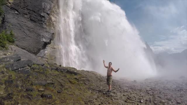 vidéos et rushes de hiking near emperor falls waterfall robson river on the berg lake trail, mt. robson provincial park. - slow motion - chute d'eau