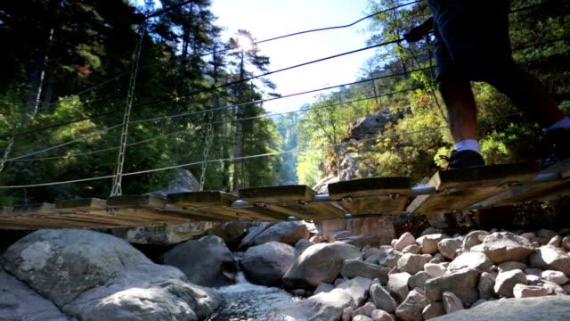 vídeos de stock e filmes b-roll de caminhada ponte de corda - ponte suspensa