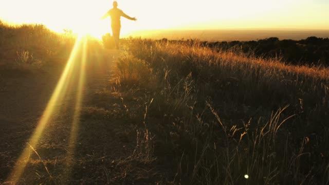 stockvideo's en b-roll-footage met wandelen zonsondergang landschap - southwest usa