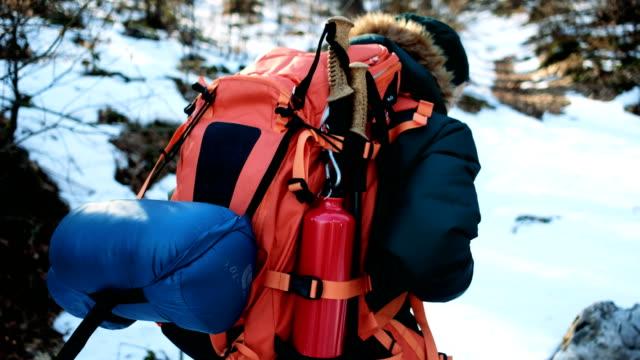 4 k 覆われた雪山をハイキング - 寝袋点の映像素材/bロール