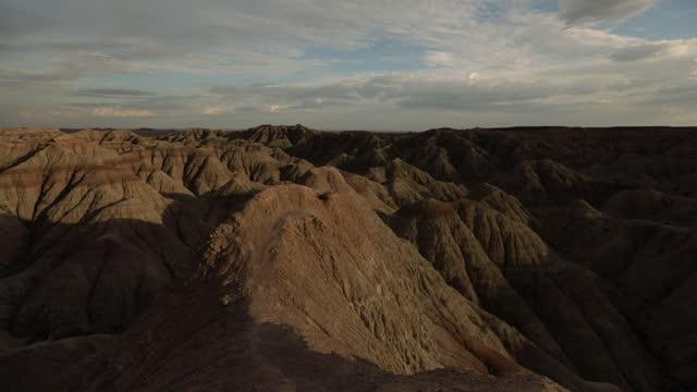 stockvideo's en b-roll-footage met hiking through badlands national park, south dakota, united states of america, north america - zuid dakota