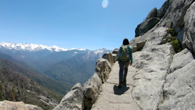vídeos y material grabado en eventos de stock de senderismo a través de rocas de granito noble para mirar hacia fuera en el parque nacional sequoia - parque nacional de secoya