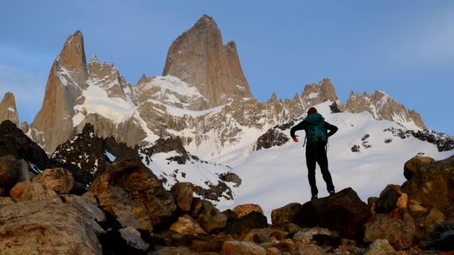 vídeos y material grabado en eventos de stock de senderismo al monte fitz roy en la patagonia - brazos estirados