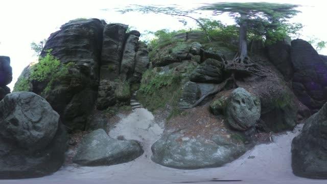 vídeos de stock, filmes e b-roll de 360vr, hiking trail, sandstone rocks with mountain forest, tourist destination, vr 360 - ponto de referência natural