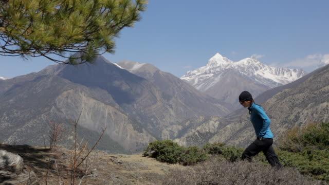 stockvideo's en b-roll-footage met wandelen, trekking in de annapurna-regio, nepal montage - annapurna range