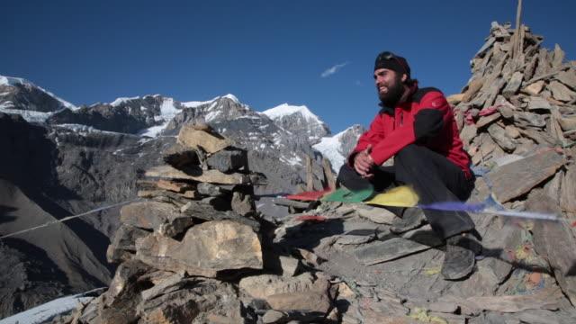 vídeos de stock, filmes e b-roll de caminhadas, trekking no annapurna região, nepal montage - himalaias