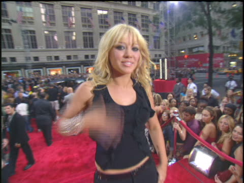 hilary duff arriving to the 2003 mtv video music awards red carpet - 2003年点の映像素材/bロール
