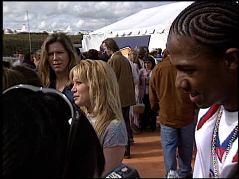 hilary duff at the 2003 kids' choice awards at barker hanger in santa monica california on april 12 2003 - 2003 bildbanksvideor och videomaterial från bakom kulisserna