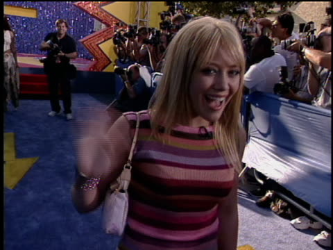 stockvideo's en b-roll-footage met hilary duff skipping off the stage. hilary duff walking down the 2003 movie award red carpet. - 2003