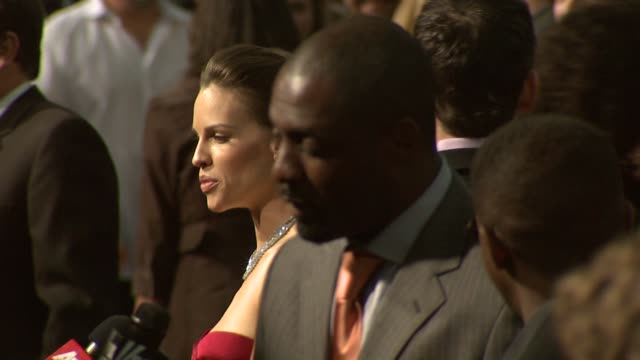 hilary swank and idris elba at the 'the reaping' premiere at the mann village theatre in westwood, california on march 29, 2007. - 洛杉磯西木區 個影片檔及 b 捲影像