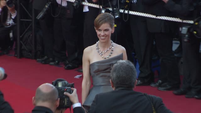 hilary swank at the cannes film festival 2009 looking for eric red carpet at cannes - 62 ° festival internazionale del cinema di cannes video stock e b–roll