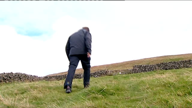 snowdonia ext general views of mynydd graig goch and surrounding hills and mountain kathy evans and mike evans interview sot reporter climbing... - snowdonia video stock e b–roll