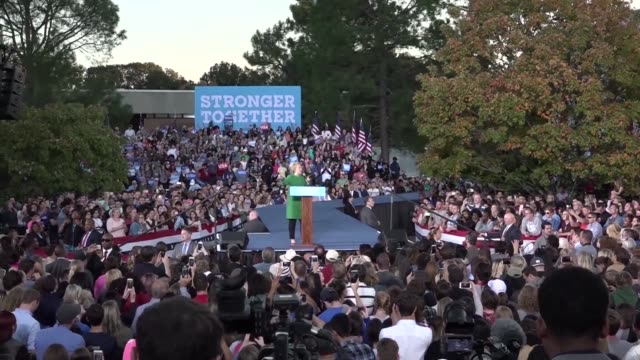 hillary clinton encourages an audience of around 3000 at the university of north carolina to take advantage of early voting which is allowed in this... - carolina del nord stato usa video stock e b–roll