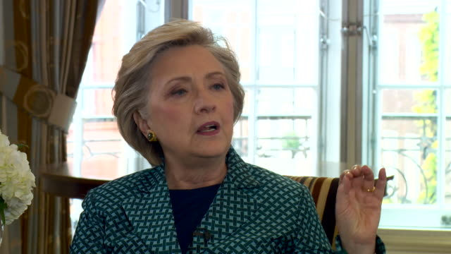"hillary clinton questioning where russia got the ""targeting information"" for american voters when posting ""fake news"" - künstlich stock-videos und b-roll-filmmaterial"