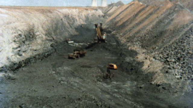 vídeos de stock e filmes b-roll de 1981 montage hills of coal at a coal mine and bailing machine dumping loose coal into a truck bed / united kingdom - 1981