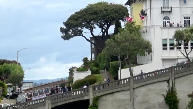 stockvideo's en b-roll-footage met heuvels van san francisco met de cable cars - fisherman's wharf san francisco