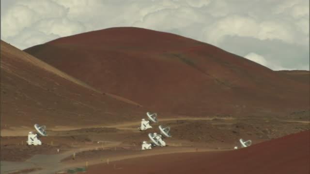 vídeos y material grabado en eventos de stock de hills overlook satellites in the desert. - antena parabólica