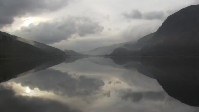 ws, hills reflected in lake, scotland, united kingdom - tonad bild bildbanksvideor och videomaterial från bakom kulisserna