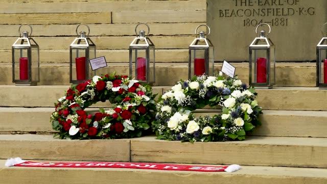 vidéos et rushes de hillsborough 30th laying flowers. mayor joe anderson and lord mayor christine banks lay wreaths outside st georges hall - anniversaire d'un évènement