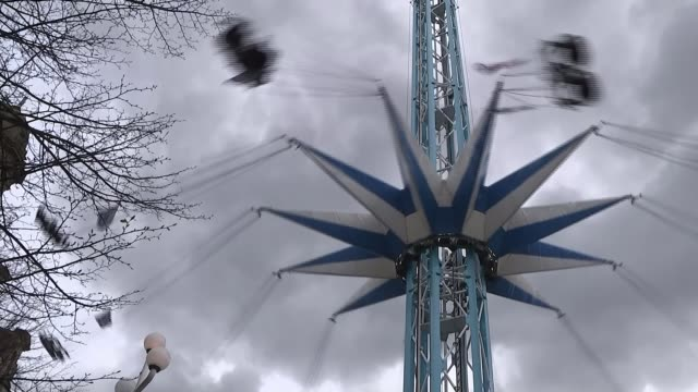 vídeos de stock, filmes e b-roll de south yorkshire police faces lawsuit from families of victims sheffield fairground ride in city centre with dark clouds above - lawsuit