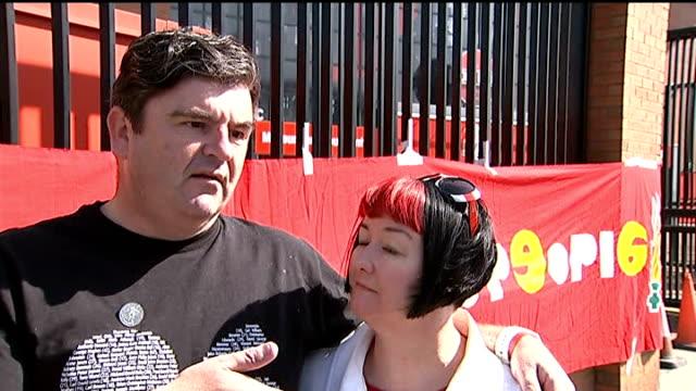 vidéos et rushes de hillsborough disaster: twenty-fifth anniversary: stuart littlewood interview; england: merseyside: liverpool: ext stuart littlewood hanging banner on... - anniversaire d'un évènement