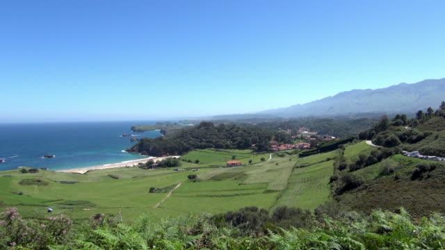 vídeos de stock e filmes b-roll de hillside landscape with torimbia beach backdrop - valley