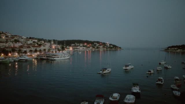 vídeos y material grabado en eventos de stock de ws a hillside marina at dusk as the ocean blends in with the horizon / istanbul, turkey - península