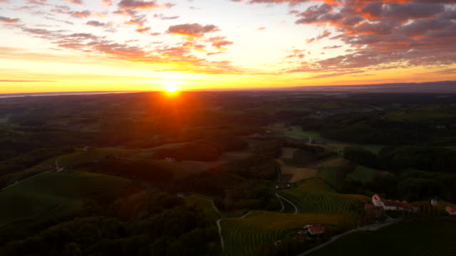 Vue aérienne de la campagne vallonnée à la tombée de la nuit