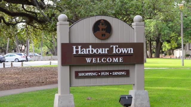 cu hilton head south carolina welcome sign of harbor town / hilton, head south carolina, united states - welcome schild stock-videos und b-roll-filmmaterial