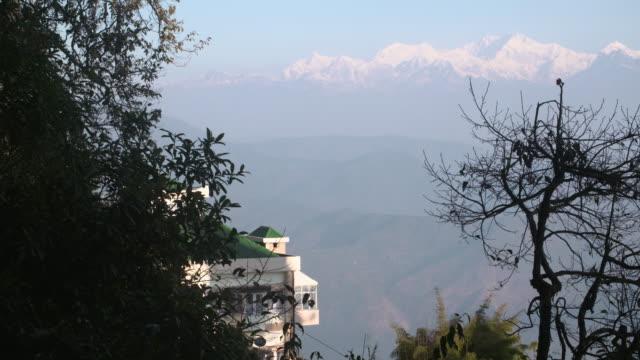 himalaya mount kanchenjunga view from darjeeling - westbengalen stock-videos und b-roll-filmmaterial