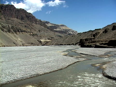 ws, himalaya mountains and river, mustang-himalaya, nepal - placca di montaggio fissa video stock e b–roll