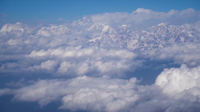 Himalayagebergte op wolken