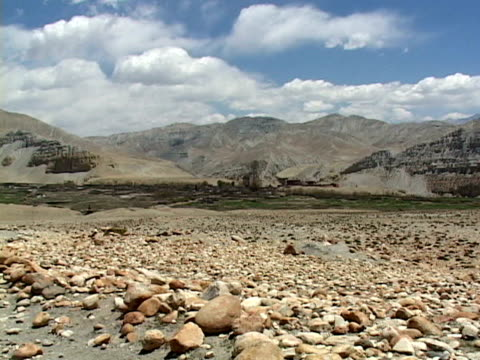 ws, himalaya mountains, rocks in foreground, mustang-himalaya, nepal - placca di montaggio fissa video stock e b–roll