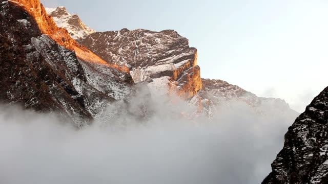 stockvideo's en b-roll-footage met himalaya valley mist - annapurna range