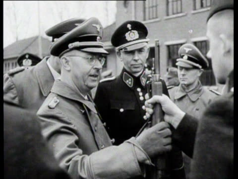stockvideo's en b-roll-footage met himmler visits the police training battalion in barracks of the ss the men show their skills with a gun afterwards there is a military parade - heinrich himmler