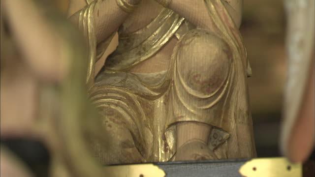 a hina doll holds her hands in prayer during hina-eshiki in nara, japan. - 人の姿点の映像素材/bロール