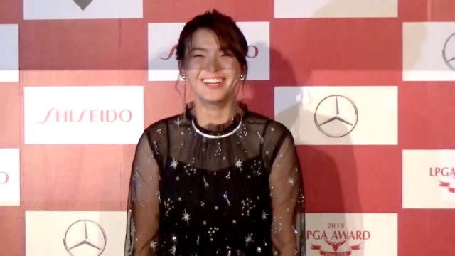 hinako shibuno, winner of the 2019 player of the year award issued by the ladies professional golfers' association of japan, shows off her sartorial... - 知覚点の映像素材/bロール
