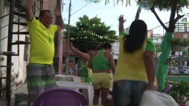 hinchas de brasil en fortaleza recuerdan sus momentos favoritos del mundial en torno a una barbacoa - 2014 video stock e b–roll