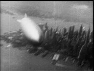 hindenburg flying over lower manhattan - 1937 bildbanksvideor och videomaterial från bakom kulisserna