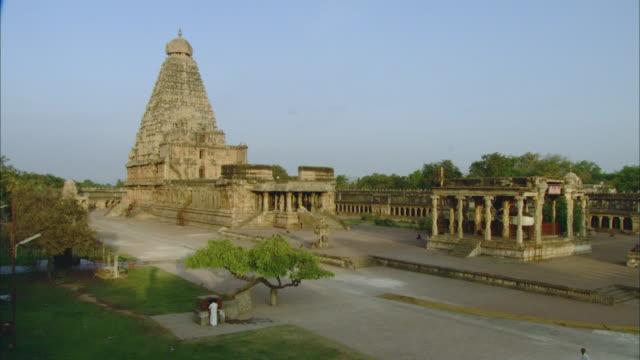 ha ws hindi man praying at brihadeeswarar temple / thanjavur, india - temple building stock videos & royalty-free footage