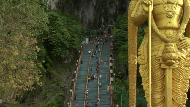 vídeos y material grabado en eventos de stock de zo hindu deity murugan guarding entrance to batu caves / kuala lumpur, malaysia - cultura malasia