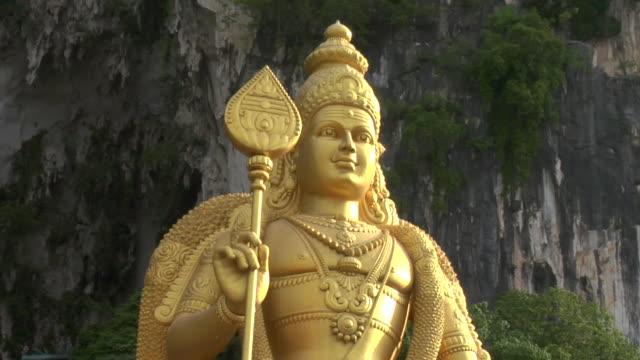 la zo hindu deity murugan guarding entrance to batu caves / kuala lumpur, malaysia - male likeness stock videos & royalty-free footage