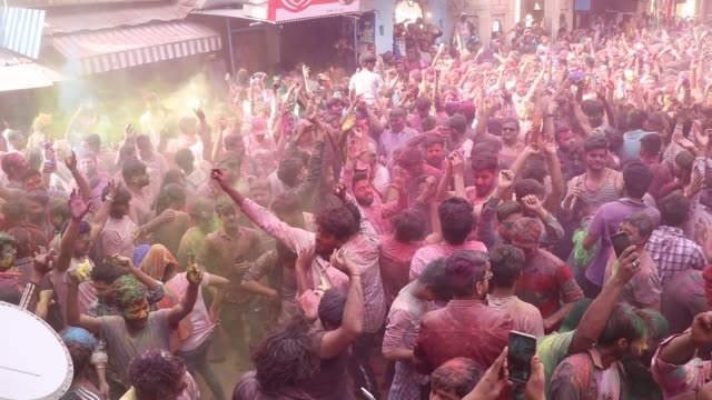 vidéos et rushes de hindu devotees and foreign tourist smeared in colour powder celebrates the holi, the spring festival of colours, in pushkar, rajasthan, india on... - fête religieuse