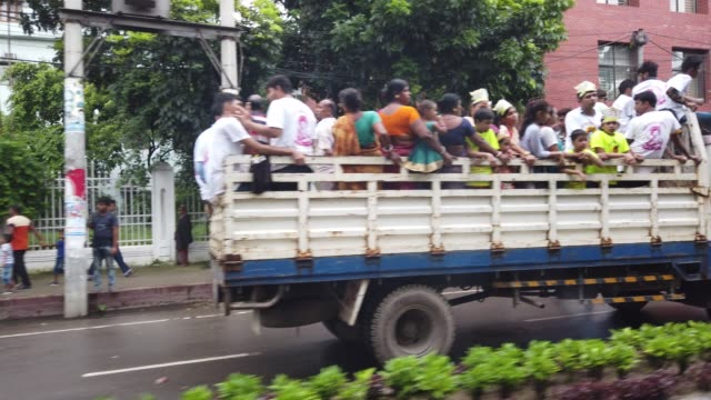 vídeos y material grabado en eventos de stock de hindu devotees parade through the streets of dhaka on august 23 during janmashtami an annual festival that marks the birth of god krishna - krishna