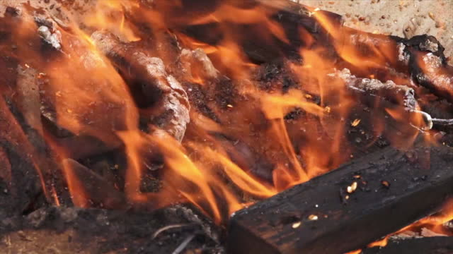 hindu funeral pyre at the ganges, india - funerale video stock e b–roll