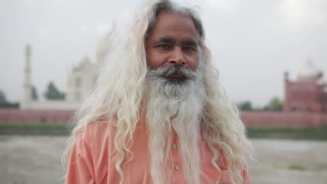 stockvideo's en b-roll-footage met ms hindu holy man in front of taj mahal, / agra, uttar pradesh, india - alleen één seniore man